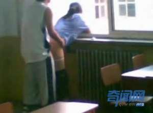 邯郸大学门事件真相 男女在教室光明正大性爱
