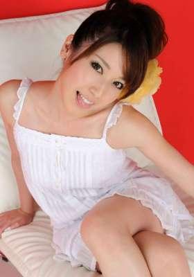 白色吊带裙美女的笑容很灿烂