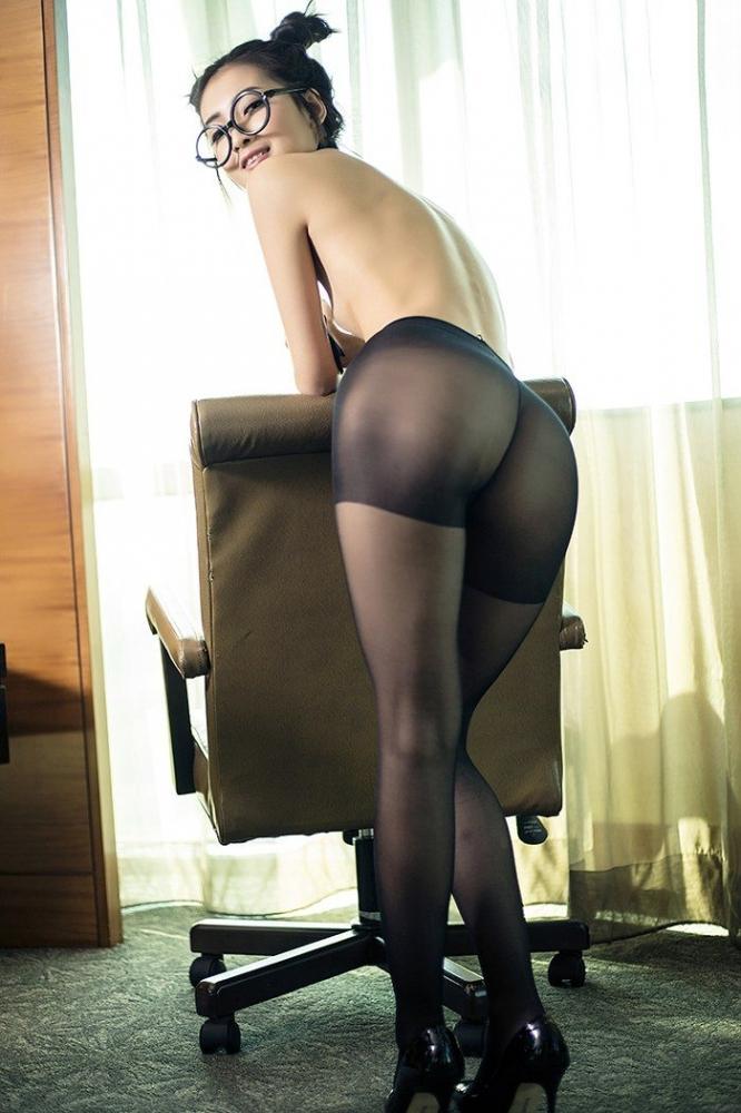 风骚尤物小秘书张爽黑丝美腿制服诱惑